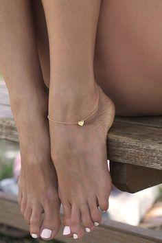 Une chaîne de cheville en une tout petit coeur, simple, élégante en 14kt laiton dorée : Chaines par minimalvs