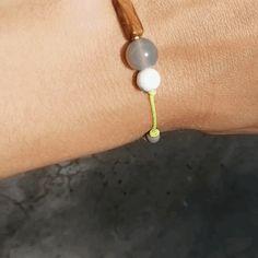 """Neongelbes Armband mit versteinertem Holz, grauem Achat und weiß-grauem Magnesit (oft """"Howlith"""" genannt)  Die spannenden Farben harmonieren miteinander und machen dieses Armband zu einem echten Hingucker."""