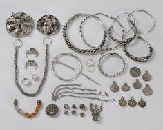 Silver jewelery from Tolsta, Hälsingtuna parish. Medieval Jewelry, Viking Jewelry, Old Jewelry, Metal Jewelry, Beaded Jewelry, Jewelery, Silver Jewelry, Jewelry Making, Norse People