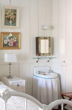 Bedroom sink Vintage Sink, White Bedroom, Diy On A Budget, Built Ins, Building Design, Old Houses, Farmhouse Decor, Interior, Furniture