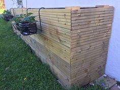 Angles biseautés et fraisiers suspendus Potager Palettes, Permaculture, Garden Design, Angles, Patio, Wood, Nature, Plants, Barbecue