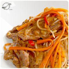 El Chow Mein es un plato tradicional de la cocina china, cuyo componente principal son los fideos largos a base de trigo, los vegetales y carnes de res, de pollo, de mariscos o de crustáceos.