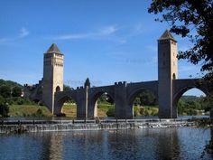 Cahors: Pont Valentré (pont fortifié) et rivière (le Lot), en Quercy - France-Voyage.com