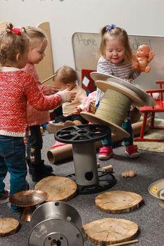 Spool Play in Construction - Konstruktion Montessori Homeschool, Montessori Activities, Deconstructed Role Play, Fairy Dust Teaching, Reggio Emilia Approach, Block Center, Block Play, Toddler Class, Stem Learning