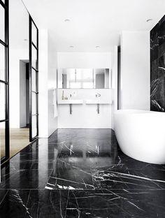 7. KONTRASTER: Er du tilhenger av den svarte og hvite interiørstilen, er et svart marmorgulv noe for deg. På dette gulvet er det lagt store fliser, som gir et eksklusivt og grafisk preg på badet. Sammen med enkel, hvit innredning blir det ikke for overdådig, men klassisk og stilfullt.