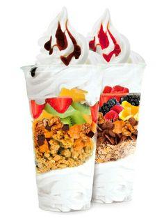 Rico helado de granos granola y frutas tropicales mmmmmm con un glaseado de chocolate y fresa mmmmm riquísimo ♡