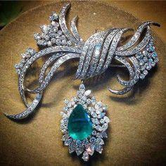 Diamond Jewelry Stunning Emerald and diamond brooch Luxury Jewelry, Bling Jewelry, Jewelry Art, Antique Jewelry, Jewelery, Silver Jewelry, Vintage Jewelry, Fashion Jewelry, Sapphire Jewelry
