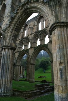 Rievaulx Abbey ruins in North Yorkshire / England (by ignacio izquierdo).It's a beautiful world Gothic Architecture, Ancient Architecture, Beautiful Architecture, Beautiful Buildings, North Yorkshire, Yorkshire England, Cornwall England, Yorkshire Dales, Abandoned Buildings