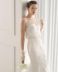 Traje de novia largo de chantilly bordado con pedrería con adorno de pedrería en escote y sisas. Colección 2015 Rosa Clará