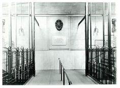 Escaleras de acceso al vestibulo de la estacion de Sol