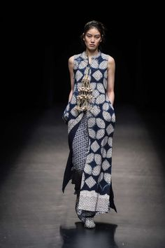 Dress fashion week haute couture Ideas for 2019 Batik Fashion, Ethnic Fashion, Look Fashion, Hijab Fashion, Trendy Fashion, Fashion Show, Fashion Dresses, Fashion Design, Fashion Stores