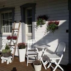 Hela helgen har det varit så fint väder🌞har varit ute hela dagen idag, planterat höstblommor på terassen och i trädgården 🌸🍃🌸njut av kvällen💖 tack @hell.interior för att du delade min bild💕🍃💕