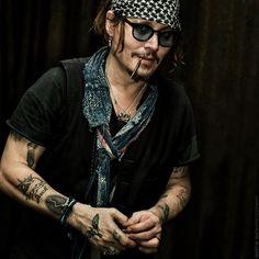 ♛ The wonder of Johnny Depp ♛ : Photo Johnny Depp Fans, Here's Johnny, Johnny Depp Smoking, Johnny Depp Tattoos, The Hollywood Vampires, Hollywood Actor, Marlon Brando, Beautiful Men, Beautiful People