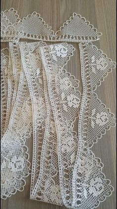 This Pin was discovered by nur Needle Tatting, Tatting Lace, Needle Lace, Bobbin Lace, Filet Crochet, Crochet Lace, Crochet Stitches, Crochet Border Patterns, Point Lace