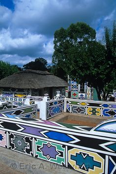 Ndebele Colors Painted Designs on Ndebele Buildings, Botshabelo Village, Mpumalanga, South Africa African Hut, African Theme, Xhosa, Geometric Painting, Round House, Traditional Paintings, Historical Architecture, Art Club, Paint Designs