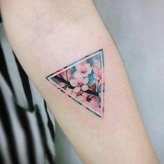 tatuajes de flores, tatuaje minimalista para el antebrazo, triángulo azul con flores de cerezo rosados, tatuaje femenino
