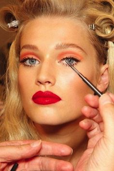 Tangerine shadow and bright red lips? Absolutely! Just add lashes, liquid liner and well-groomed brows and you're good to go. Oh, and a bit of contour at the cheekbones for maximum impact.