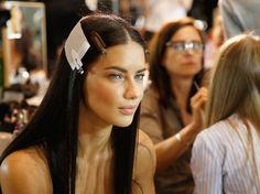 Die Haare haben Bedürfnisse. Ensprechend werden sie mit perfekt aufeinander abgestimmtem Shampoo, Conditioner und Masken gepflegt. Andere Produkte derweil schützen und beugen vor – Sprays gegen Hitzeschäden, Frizz oder Spliss. Die besten Voraussetzungen aber für eine gesunde Haarstruktur ist eine starke Haarwurzel. Sonderbehandlung für die Kopfhaut sind spezielle Anti-Aging-Seren für die Kopfhaut.