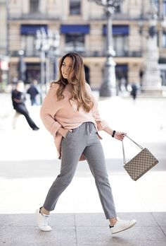 Vanessa from diefashionista.com wears a pastel pink oversized knit sweater from Zara, grey pinstripe joggers from H&M, Adidas Stan Smith sneakers and a Gucci Dionysus bag | Petite Blogger | Style Blogger | Outfit | Nadelstreifen