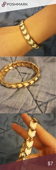 Arrow Bracelet Bracelet with white arrows surrounded by pale gold Very stretchy  Have questions or want more pics? Comment below :) Forever 21 Jewelry Bracelets