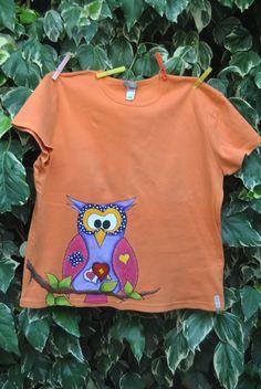 """Camiseta pintada a mano de """"Un baúl de candelillas"""". Handmade"""
