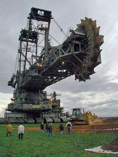 Bucket-wheel-excavator, that thing is crazy huge
