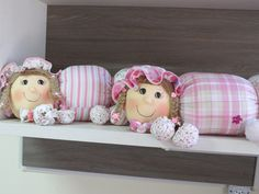 Centopeia com aproximadamente 1m de comprimento. Nas patinhas podem ser colados sapatinhos do bebê. Além de prático , ótima opção para decoração do quarto.