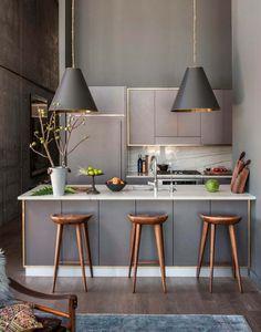 Choix de couleurs tendances foncées pour cette petite cuisine design contemporain