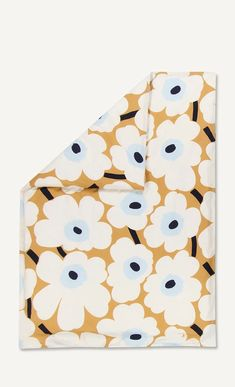 Create a dramatic bedroom interior with this Unikko duvet cover from Marimekko. Made from cotton, this duvet cover features the bold Unikko design by Maija Isola in beige, ecru and blue.