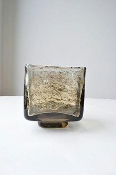 Skål eller/og vase av Benny Motzfeldt for Plus. 10,5 cm høy. Veier 0.910 kg. Syremerket. Kr. 1150,