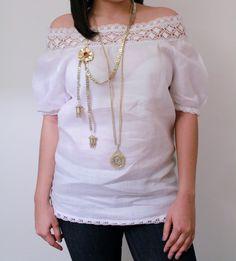 Blusa estilizada blanca con encaje y trencilla blanca.  Siguenos por facebook Guaira by J&T