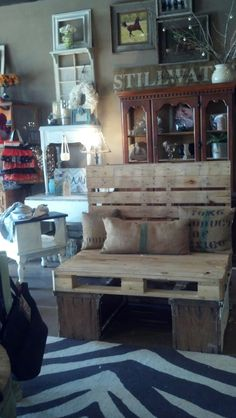 Pallet bench for store display