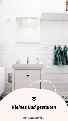 Wer sagt, dass ein kleines Bad nicht schick und gemütlich gestaltet werden kann? Avantgardistische Details, kräftige Farbakzente, platzsparende Gegenstände und ein paar Wellness-Utensilien helfen Dir dabei. So kannst Du mit wenigen Handgriffen Dein kleines Bad einrichten und in eine Wohlfühloase verwandeln. Mini Bad, Alcove, Bathtub, Wellness, Bathroom, Balcony Bench, Dark Rooms, Small Baths, Couple