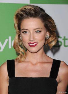 A atriz Amber Heard faz uso de bronzer para contornar levemente o rosto