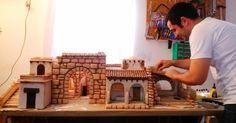 Cómo realizar tu propio belén navideño paso a paso - Leroy Merlin Nativity House, Christmas Nativity Scene, Nativity Crafts, Christmas Crib Ideas, Christmas Crafts, Christmas Decorations, Miniature Crafts, Miniature Houses, Fontanini Nativity