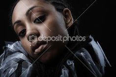 aantrekkelijke Afro-Amerikaanse schoonheid in een zwart-wit theatrale jabot. Close-up — Stockfoto © innervision #3881634