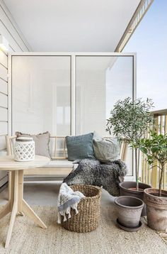 Outside ideas - my new apartment has a large balcony. This may be a great idea for the warmer months! Vue sur la ville à Göteborg | PLANETE DECO a homes world