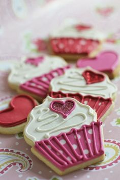 Cupcake Cookies- such a cute idea for a party. I love cookies and hate cupcakes, but like how they look Valentines Day Cookies, Valentines Sweets, Valentine Cupcakes, Fancy Cookies, Iced Cookies, Heart Cookies, Iced Biscuits, Cookies Et Biscuits, Cupcakes Decorados
