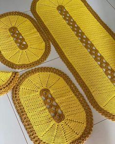 Crochet Table Mat, Crochet Placemats, Crochet Designs, Crochet Patterns, Crochet Baby, Knit Crochet, Button Hole Stitch, Crochet Slippers, Buttonholes