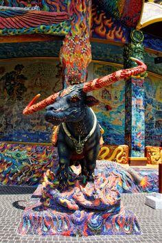 J'ai visité WAT BAN RAï, le Disneyland du Bouddhisme Le dimanche chez les bouddhistes, c'est tout comme un dimanche chez les chrétiens, sauf que là pas d'église austère, de sermon barbant, d'avé maria et de distribution d'hosties. Wat Ban Raï est un temple moderne avec de la couleur et des superbes moulures, mieux que chez Disney. La visite est gratuite et le site se divise en trois grosses parties :- Un musée à la gloire d'un moine, toujours en vie, qui a créé des écoles.- Un temple, pas…