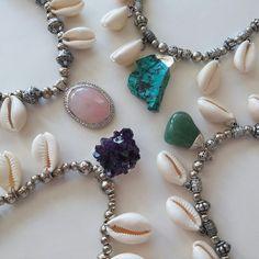 Collar Necklace Boho bohojewelry cuarzo rosa amatista cuarzo verde turquesa cowrie apadiseño uruguay handmade montevideo piedras naturales