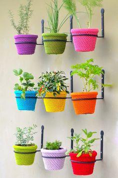 Horta Vertical com vasinhos revestidos de crochet.