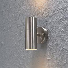 Creëer een prachtig effect op de muur met de Konstsmide Modena Up & Downspot. Deze lamp schijnt het licht omhoog en omlaag wat zorgt voor een sfeervolle verlichting van de tuin. Het armatuur is geschikt voor twee GU10 lichtbronnen, ook LED!