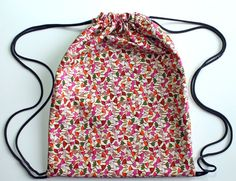 Backpack DIY/I like the technique on this one. Very simple and it is lined.Drawstring Backpack DIY/I like the technique on this one. Very simple and it is lined. Sewing Hacks, Sewing Tutorials, Sewing Projects, Sewing Patterns, Diy Projects, Drawstring Backpack Tutorial, Drawstring Bags, Drawstring Bag Tutorials, Diy Backpack