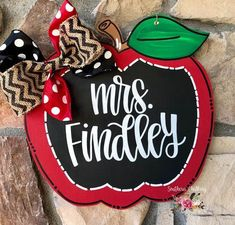 This adorable faux chalkboard Apple is perfect for your teachers door. Teacher Door Signs, Classroom Door Signs, Teacher Door Hangers, Teacher Doors, Classroom Decor, Teacher Wreaths, School Wreaths, Apple Classroom, Wood Yard Art