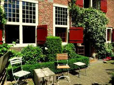 KOFFIESCHENKERIJ DE OUDE KERK  Hidden away in plain sight in the heart of one of Amsterdam's busiest areas is a secret garden and a lovely lunchroom and coffee shop. The sacristy of the Oude Kerk has been transformed into a cafe with a beautiful little garden. Come sit among the trees and flowers, have a coffee and slice of cake and watch the tourists go by. Koffieschenkerij de Oude Kerk Oudekerksplein 7, Amsterdam