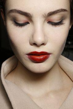 Sombra rojiza en el lagrimal y labios rojos