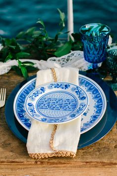 Sailing off the coast of Maui | Romantic blues and greens bring elegance to the this tablescape | Opihi Love Weddings & Events | Mirelle Carmichael Photography