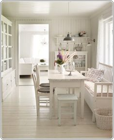 窗前的小餐室,三種不同的椅子。這房子採用白色,東方人則偏愛木頭咖啡色。
