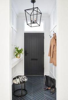 Cute entryway or foyer. PAinted front door Cute entryway or foyer. Entryway Flooring, Tile Entryway, Entryway Ideas, Hallway Ideas, Entryway Decor, Hall Tiles, Entry Tile, Flur Design, Exterior Front Doors